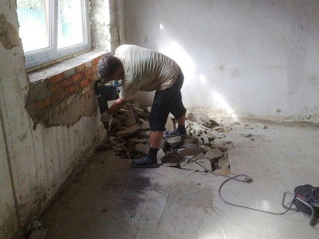 Тяжелый, трудоемкий, но необходимый процесс демонтажа старой стяжки