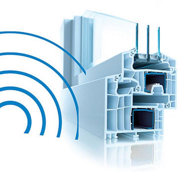 ПВХ-окна в большей мере препятствуют распространению высокочастотных звуковых колебаний. С низкими частотами дело обстоит хуже