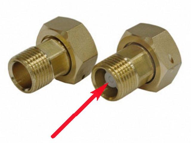 Обратный клапан может быть конструктивно размещен в соединительном штуцере водомера