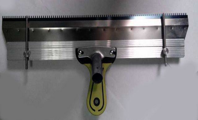 Ракля - удобный инструмент для распределения состава по поверхности пола