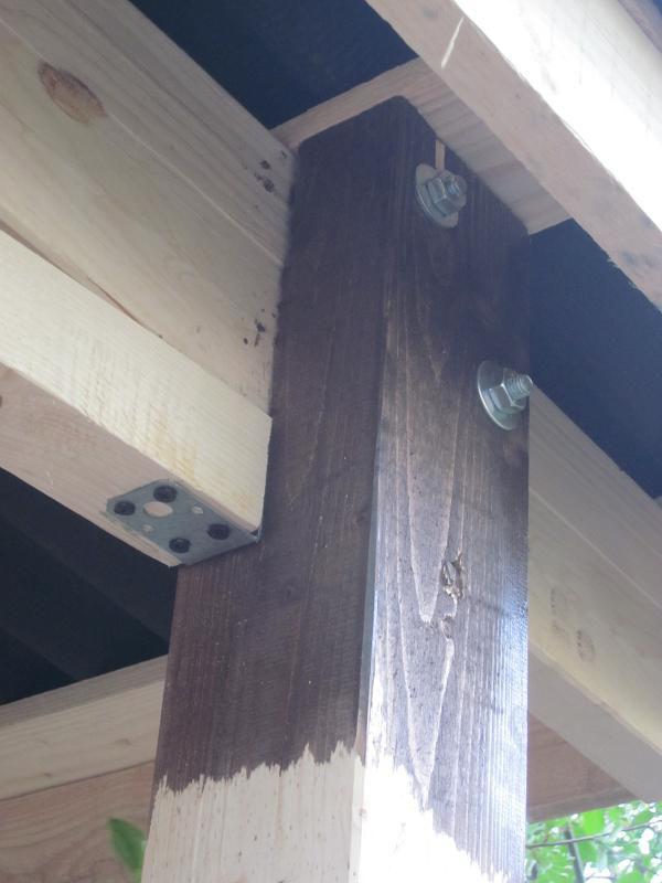 Все крепления осуществляют с помощью болтов и стальных уголков, которые прикручивают к дереву саморезами