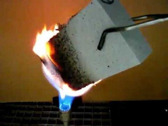 При высоких температурах и открытом пламени пенополиуретан может загореться