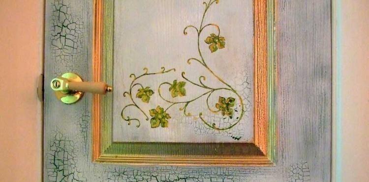 Покрасить старую дверь своими руками.