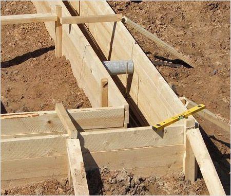 Для съемной деревянной опалубки в землю вбивают опоры (брусы) ,на которые крепят доски или фанеру