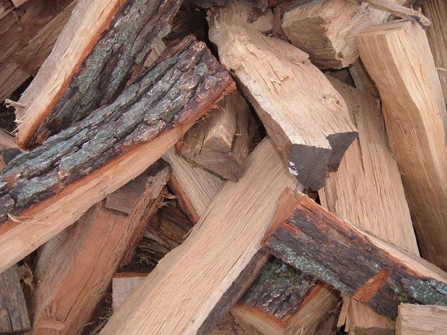 Дубовые дрова - очень эффективное отопление, но и цена немалая