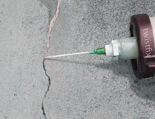 Можно воспользоваться готовыми полимерными ремонтными составами