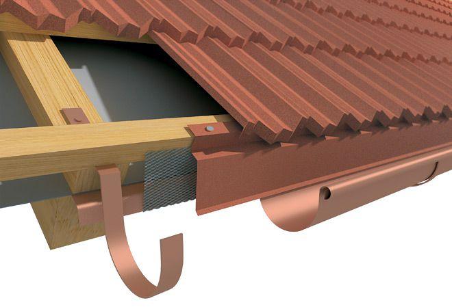 Карнизная планка крепится гвоздями к нижнему бруску обрешетки с нахлестом 100 мм