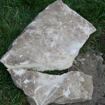 Клумба с ограждением из камня