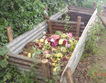 На этой компостной яме уже скоро будут расти цветы