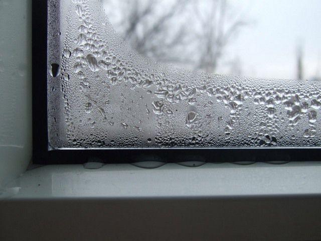 Конденсат на внутренней стороне ПВХ-окна
