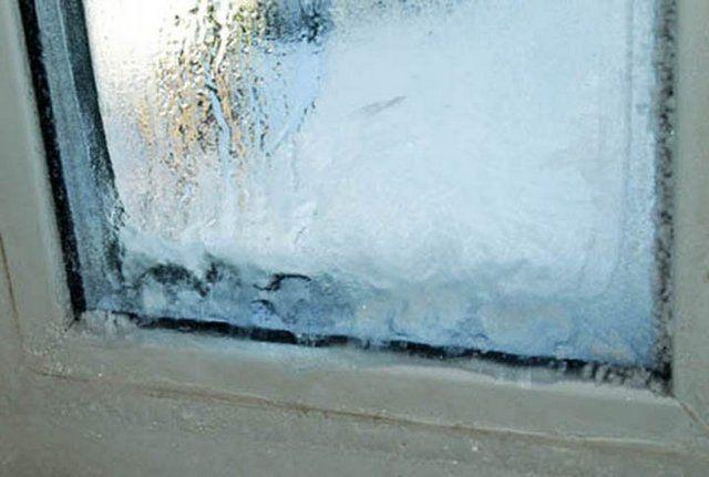 В сильные морозы при неправильно подобранном или неграмотно установленном ПВХ-окне можно наблюдать и такую картину