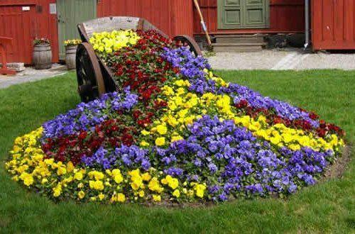 Перевернутая тележка с цветами