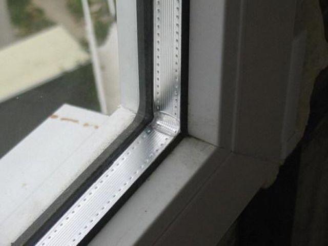 Хорошо видна дистанционная перфорированная рейка между стеклами
