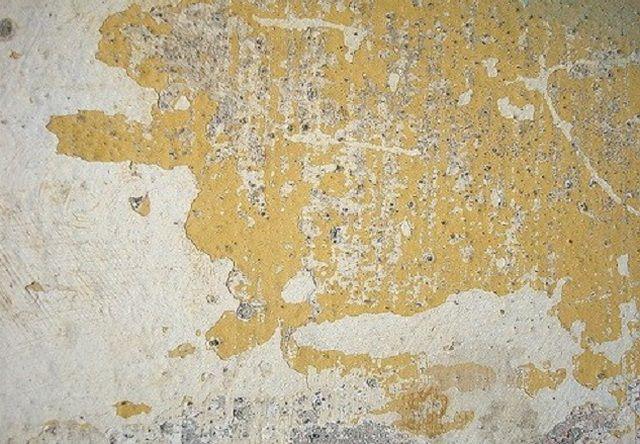 На неочищенные стены наносить краску бессмысленно