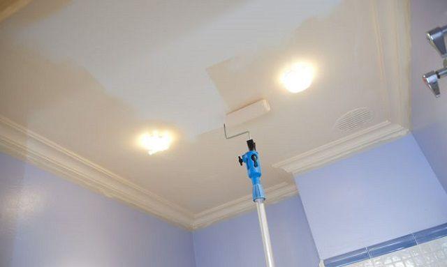 После шпатлевания можно переходить к грунтованию и окончательной покраске потолка