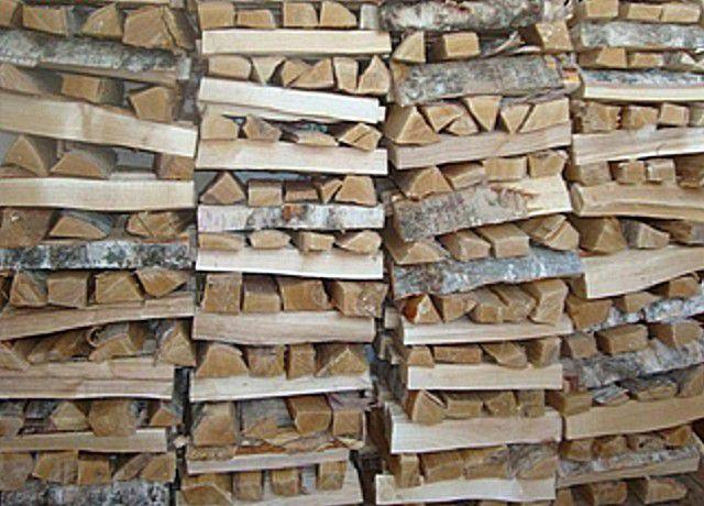 Поленницу складывают так, чтобы дрова проветривались, и чтобы кладка обладала устойчивостью