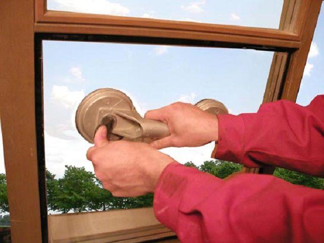 Демонтаж стеклопакета с помощью присоски