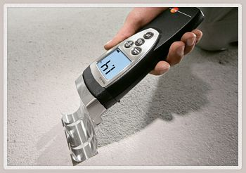 При помощи электронного влагомера измеряется влажность