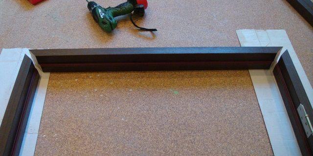 Детали дверной коробки, подогнанные под углов в 45 градусов