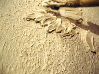 Слой за слоем наносим материал на стену, формируя барельеф