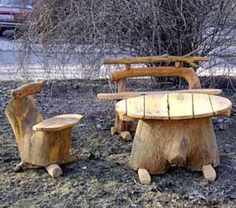 Стол и стулья из пней