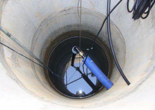 Так выглядит колодец с подведенной трубой и спущенным погружным насосом