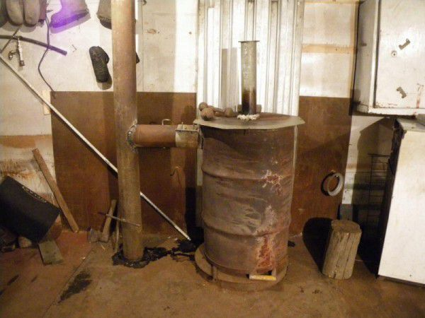 Установленная металлическая печь