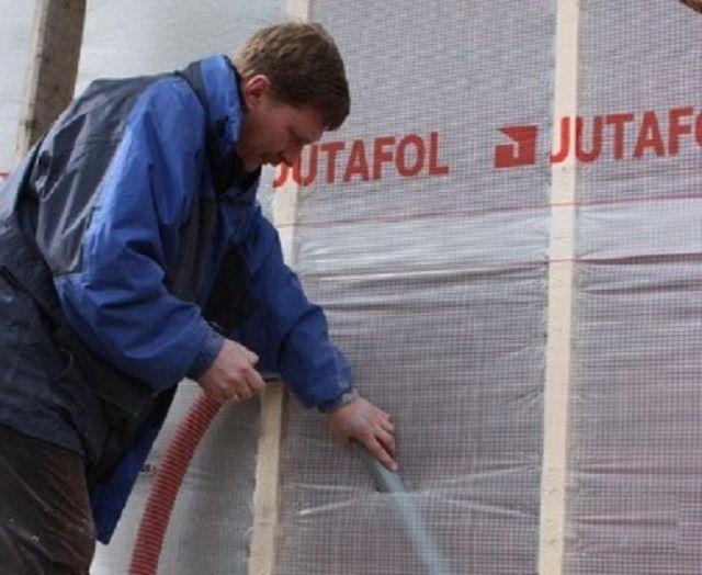 Заполнение эковатой полости в стене