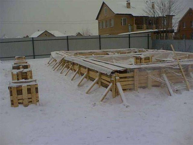 Как заливать фундамент зимой
