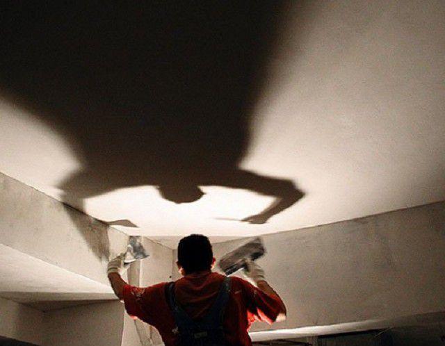 Использование специальной подсветки для контроля ровности поверхности потолка