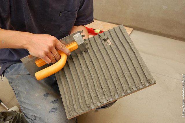Нанесение клея на тыльную поверхность плитки