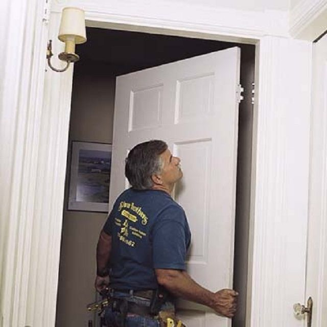 Подвешивание новой двери на петли. Удобнее, если при этом будет помощник