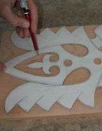 Получившийся шаблон укладывают на доску и обводят контур карандашом