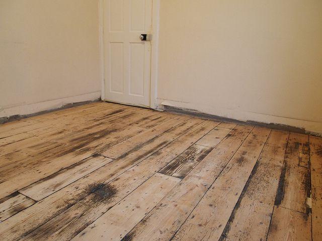 Деревянный пол подвергают тщательной ревизии и, при необходимости, ремонту
