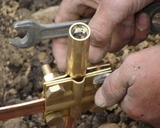 В такой контактный зажим могут быть вставлены или металлическая шина, или провод заземления