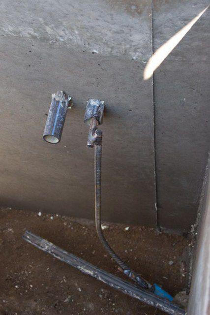 В данном случае шина заземления из арматуры заведена внутрь помещения