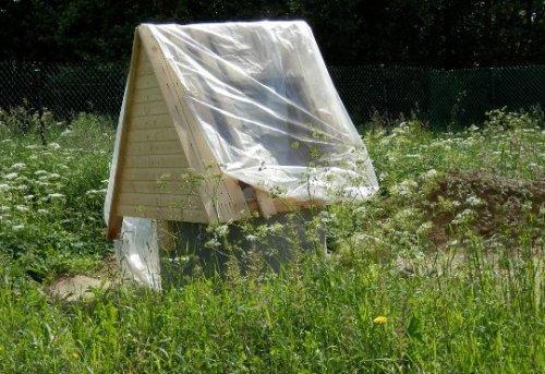 Чтобы в колодец не попал мусор или не залезли какие-либо животные или насекомые, нужно накрыть домик полиэтиленовой пленкой