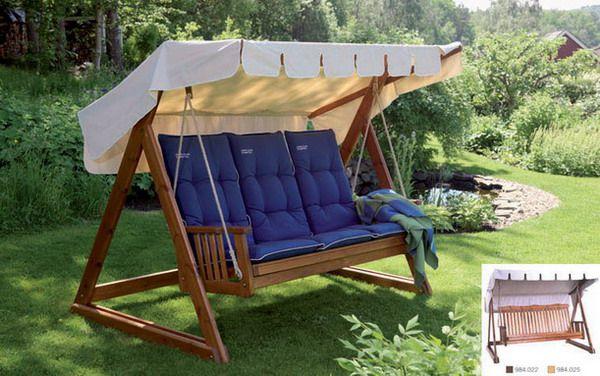 Качели из дерева с подушками и солнцезащитным тентом