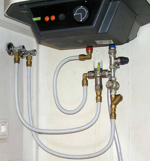 Интересная схема обвязки бойлера металлопластиковыми трубами. Установлен не только редуктор, но и трехходовый кран для точной регулировки температуры воды на входе