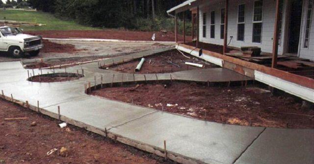 Свежезалитые бетонные дорожки желательно подвергнуть процедуре упрочнения