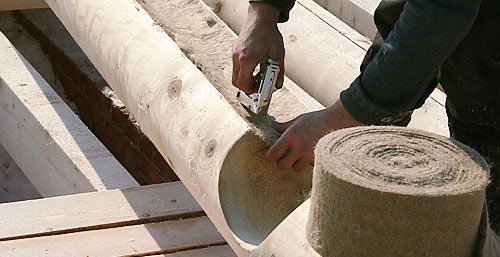 Весь паз и выемку чаши заполняем материалом для конопатки