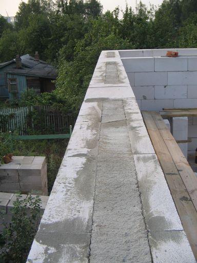 Вкладываем металлокаркас в проем между газоблоками и заливаем бетоном