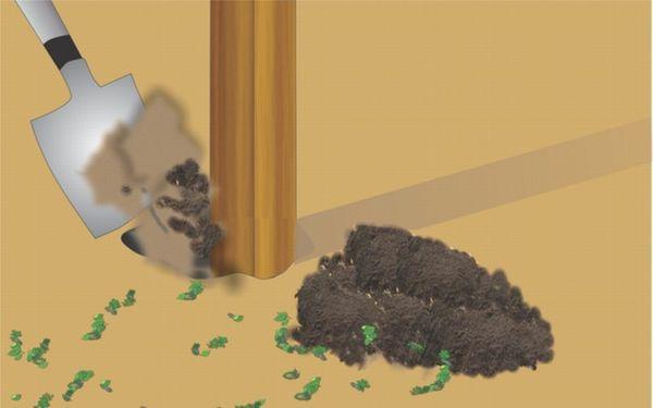 Вставляем в углубления предварительно пропитанные антисептиком деревянные опоры