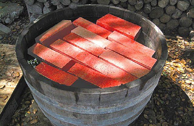 Перед началом кладки кирпичи рекомендовано замочить в воде