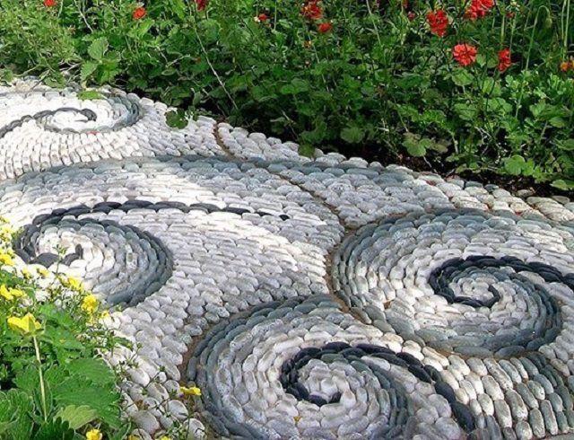 Для тех, кому важнее оригинальность - мозаичная дорожка из речного камня