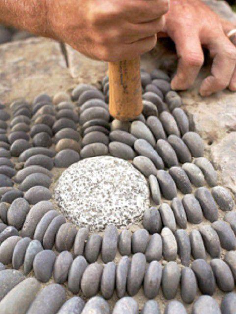 Камешки должны укладываться в песчаную подушку максимально плотно друг к другу