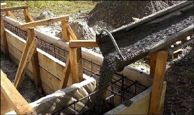 Заполнение опалубки под фундаментную ленту бетоном
