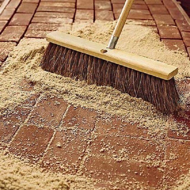 Заполнение швов между кирпичам песком