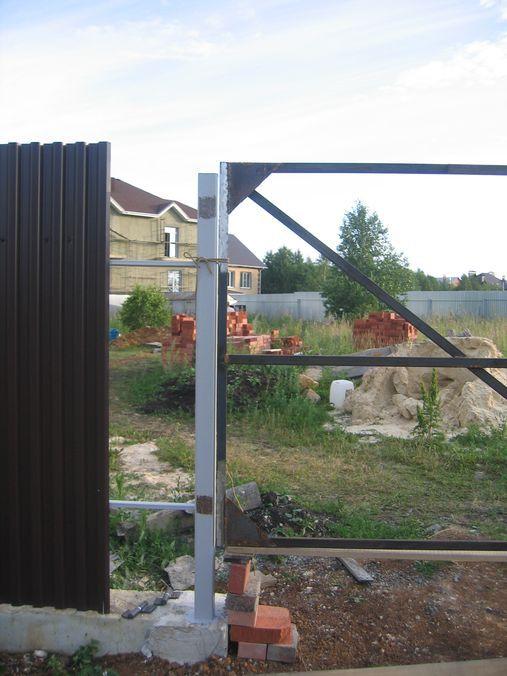 Зачистили места для приваривания петель от краски на столбах и на воротах