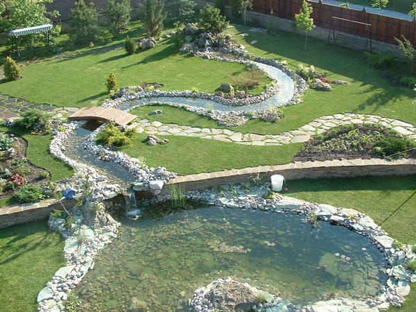 Извилистый пруд на даче